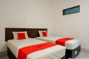 RedDoorz Syariah @ Hotel Wisma Indonesia Kendari Kendari - RedDoorz Deluxe Twin Room Basic Deals