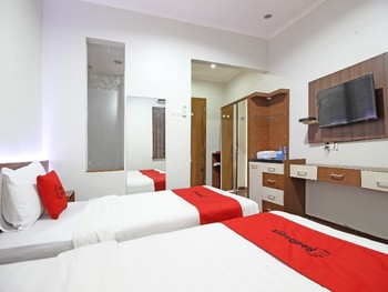 RedDoorz near Jogja City Mall Yogyakarta - RedDoorz Family Room Regular Plan