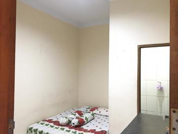 Vanila Kost Jatiwarna Bekasi - Double Room Without AC Room Only FC Minimum Stay