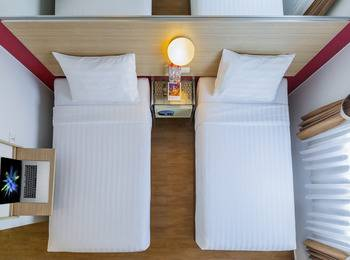 Red Planet Jakarta Pasar Baru - Twin Room Only Weekend Deal Regular Plan