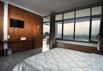 Puri Saras Garden Hotel by Papatong Bandung - Standard Room with Balcony Regular Plan