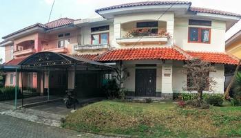 Villa Anvil Cipanas 4 BR Kolam Renang