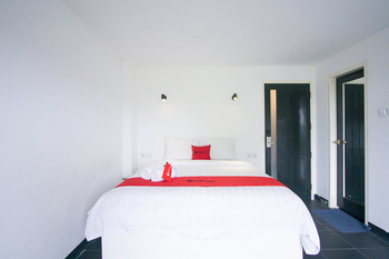 RedDoorz Premium near Senggigi Beach Lombok - RedDoorz Premium Room Basic Deals Promotion