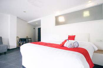RedDoorz Premium near Senggigi Beach Lombok - RedDoorz Suite Room Last Minute