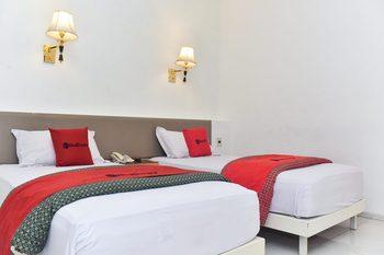 RedDoorz Plus near Alun Alun Malang Malang - RedDoorz Twin Room Basic Deal