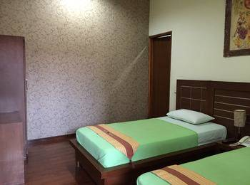 Pension Guest House Bandung - Deluxe Twin Room Only Regular Plan