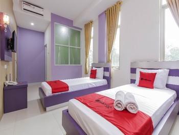 RedDoorz Plus near Stasiun Bekasi Bekasi - Deluxe Twin Best Deal