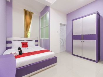 RedDoorz Plus near Stasiun Bekasi Bekasi - Deluxe Promo Best Deal
