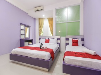 RedDoorz Plus near Stasiun Bekasi Bekasi - RedDoorz Deluxe Twin Room with Breakfast Regular Plan