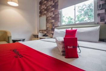 RedDoorz Plus near Mangga Besar Station 2 Jakarta - RedDoorz Deluxe Room with Breakfast Regular Plan