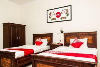 OYO 1069 Hotel New Rajawali Pacitan - Deluxe Twin Room Regular Plan