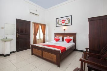 OYO 1069 Hotel New Rajawali Pacitan - Deluxe Double Room Regular Plan