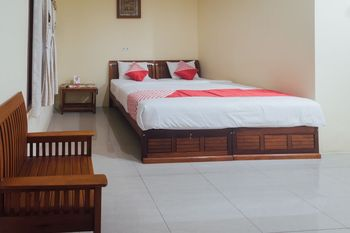 OYO 1300 Crecia Guest House Ambon - Deluxe Double Room Regular Plan