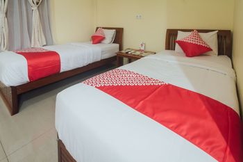 OYO 1300 Crecia Guest House Ambon - Deluxe Twin Room Regular Plan