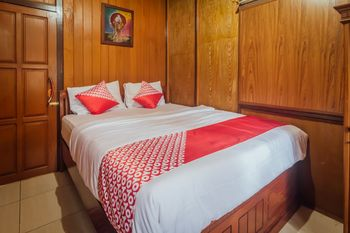 OYO 1300 Crecia Guest House Ambon - Standard Double Room Regular Plan