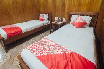 OYO 1300 Crecia Guest House Ambon - Standard Twin Room Regular Plan