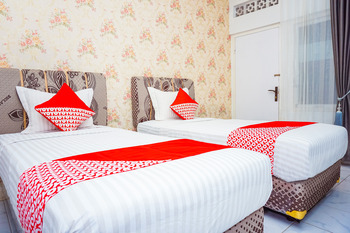 OYO 433 Nelvi Guest House Syariah Padang - Deluxe Twin Room Regular Plan