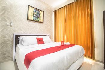 RedDoorz Syariah @ Hotel 91 Jember Jember - RedDoorz Premium Room Long Stays Promotion