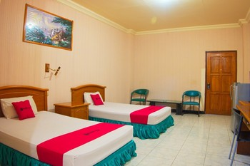 RedDoorz Plus @ Ketapang Satu Beach Kupang Kupang - RedDoorz Deluxe Twin with Breakfast Regular Plan