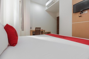 RedDoorz Plus near Galaxy Bekasi Bekasi - RedDoorz Premium Room with Breakfast SPECIAL DEALS