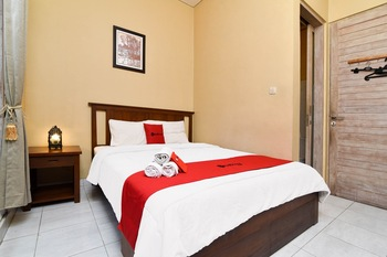 RedDoorz near Pantai Sanur Bali Bali - RedDoorz Room Basic Deals Promotion