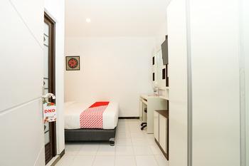OYO 473 Darmo permai Guesthouse Surabaya - Standard Double Room Regular Plan