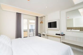 Alron Hotel Kuta - Deluxe Balcony Room Only  Last Minute Deal