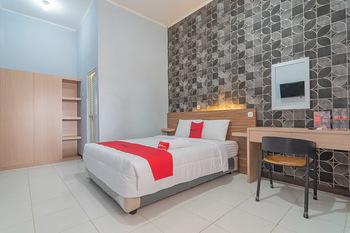 RedDoorz near Alun-Alun Garut Garut - RedDoorz Deluxe Room Regular Plan