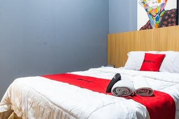 RedDoorz Plus @ Otista Raya Ciputat Tangerang Selatan - RedDoorz Room with Breakfast Long Stay 2N