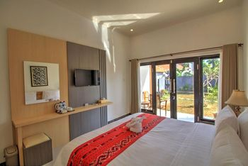 JnJ Guest House Bali - Deluxe Double Room with Pool View Regular Plan