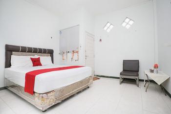 RedDoorz near Bundaran Kecil Palangkaraya Palangka Raya - RedDoorz Room Basic Deals