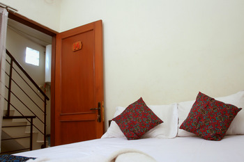 Unique Guest House Bandung - Double Standard AC - Share Bathroom 20% For Stay 5 Nights