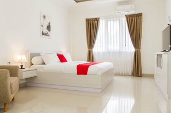 RedDoorz Plus near Jatinangor Town Square 2 Sumedang - RedDoorz Deluxe Room with Breakfast Regular Plan