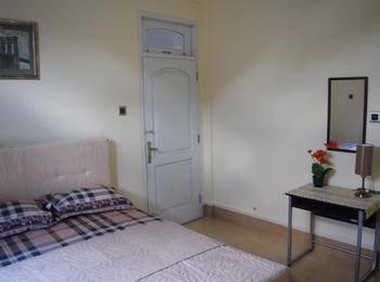 Ndalem Gorongan Guesthouse Yogyakarta - Queen Bedroom Regular Plan