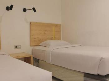 Retropoint BnB Bandung - Standard Twin Room Only Regular Plan