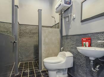 RedDoorz @ Banyu Urip Surabaya - RedDoorz Room Regular Plan