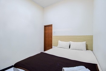 Bantal Guling Alun Alun Bandung - Superior Double Room with Fan Non Refundable Min. Stay 2 nights!