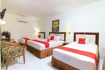 RedDoorz near Klaten Train Station Klaten - RedDoorz Family Room BASIC DEAL