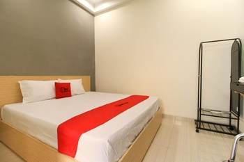 RedDoorz near Klaten Train Station Klaten - RedDoorz Room with Breakfast BASIC DEAL