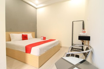 RedDoorz near Klaten Train Station Klaten - RedDoorz Room BASIC DEAL