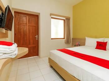 RedDoorz Plus at Slamet Riyadi Solo - RedDoorz Room with Breakfast Regular Plan
