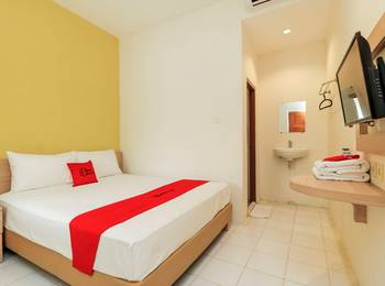 RedDoorz Plus at Slamet Riyadi Solo - RedDoorz Room with Breakfast 24 Hours Deal