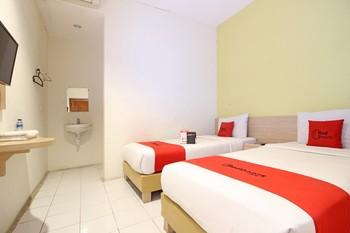 RedDoorz Plus at Slamet Riyadi Solo - RedDoorz Twin Room with Breakfast Regular Plan