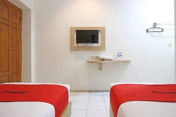 RedDoorz Plus at Slamet Riyadi Solo - Twin Room Regular Plan