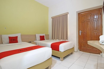 RedDoorz Plus at Slamet Riyadi Solo - RedDoorz Twin Room 24 Hours Deal