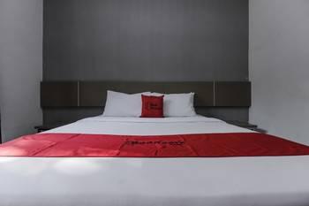 RedDoorz near Goa Sunyaragi Cirebon - RedDoorz Room with Breakfast Regular Plan