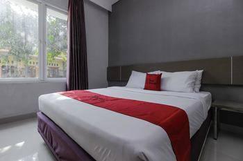 RedDoorz near Goa Sunyaragi Cirebon - RedDoorz Room 24 Hours Deal