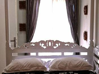 Rose Chamber Bed And Breakfast Bandung - Deluxe Room Regular Plan
