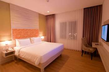 Front One Akshaya Hotel Karawang Karawang - Deluxe Double Room Room Only (Refundable) Special Deals