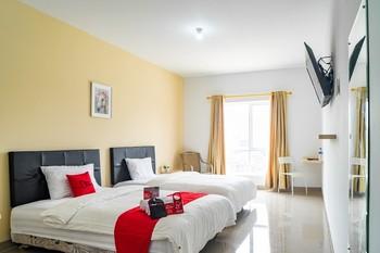 RedDoorz Plus near Teras Kota 3 Tangerang Selatan - RedDoorz Twin Room Gajian